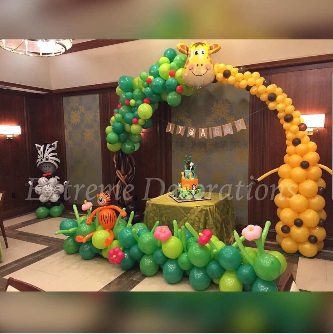 Jungle Sculpture balloon arch with tree and Jiraffe