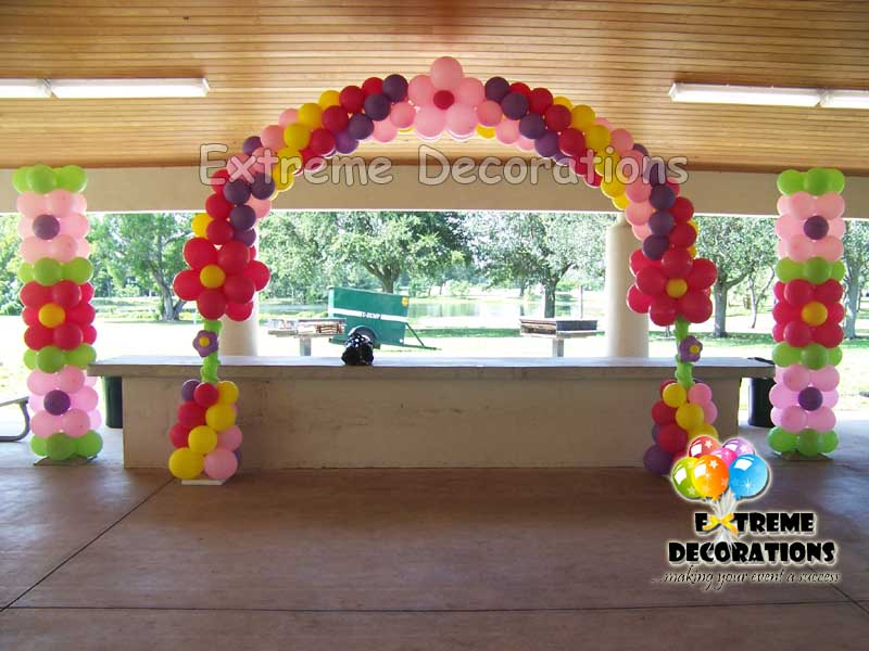 Balloon arch and columns with flowers