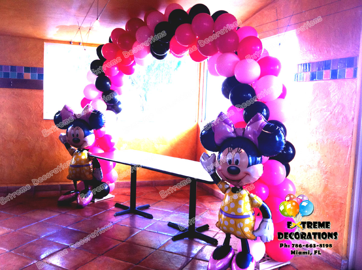 Minnie Mouse balloon arch with airwalkers