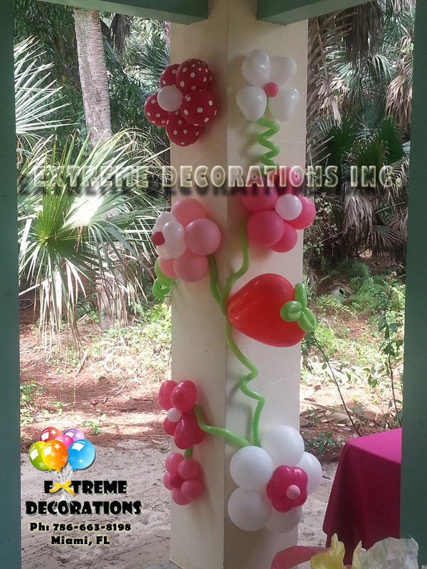 Shelter column decorated with balloon flowers