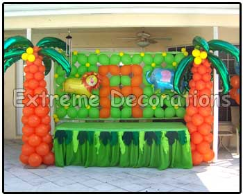 balloon wall jungle theme with palm trees balloon columns